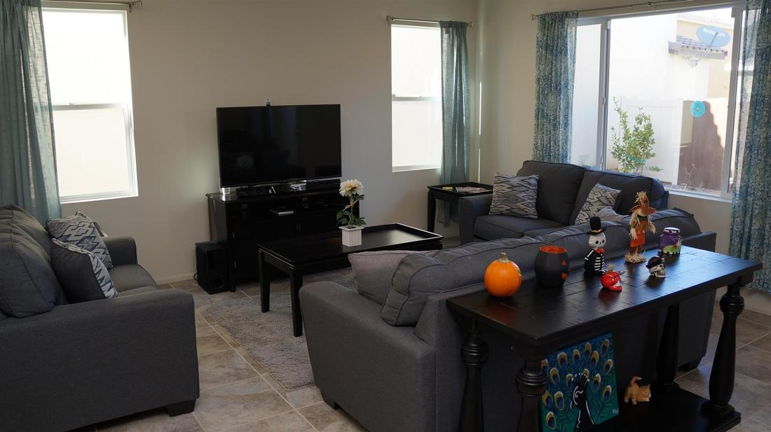 675 Seine River Way, Oxnard, CA 93036 - Living Room