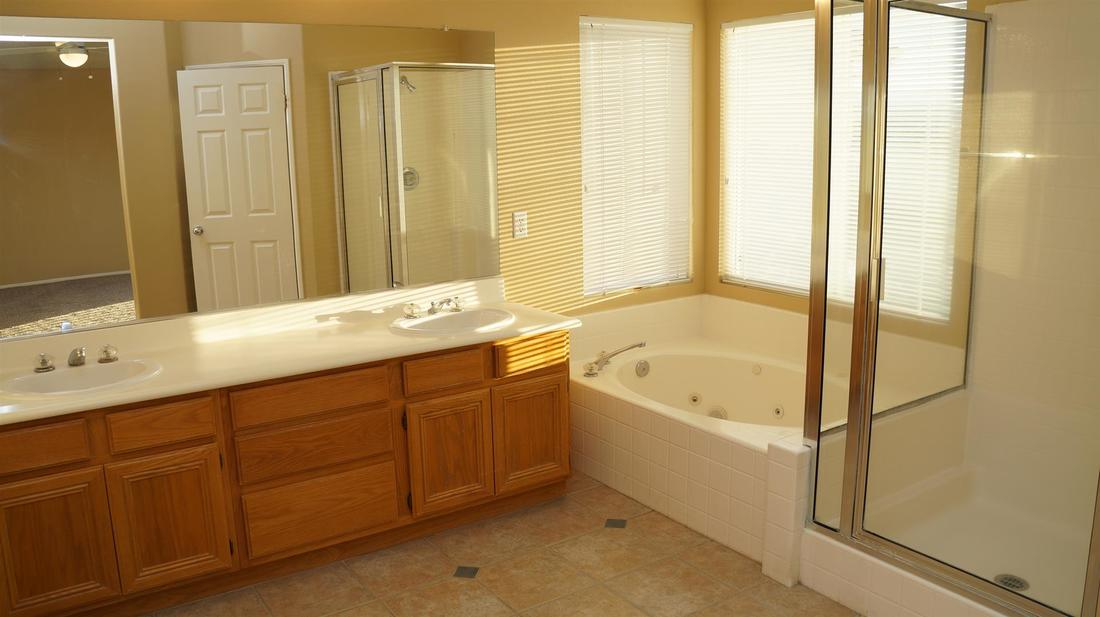 27511 Nike Lane, Canyon Country, CA 91351 - Master Bathroom